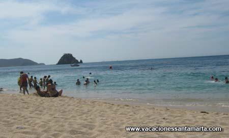 variedad de kioskos de comidas y bebidas al lado de la playa
